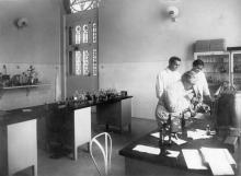En la foto: Oswaldo Cruz  observa un microscópio al lado de su hijo Bento y de Burle de Figueiredo, en el interior de uno de los laboratórios del  Castillo de Manguinhos, 1910