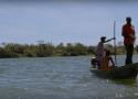 Duas pessoas em uma canoa no rio São Francisco