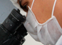 Pesquisador olhando no microscópio