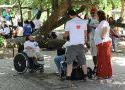 Equipe de produção entrevistando uma pessoa na cadeira de rodas