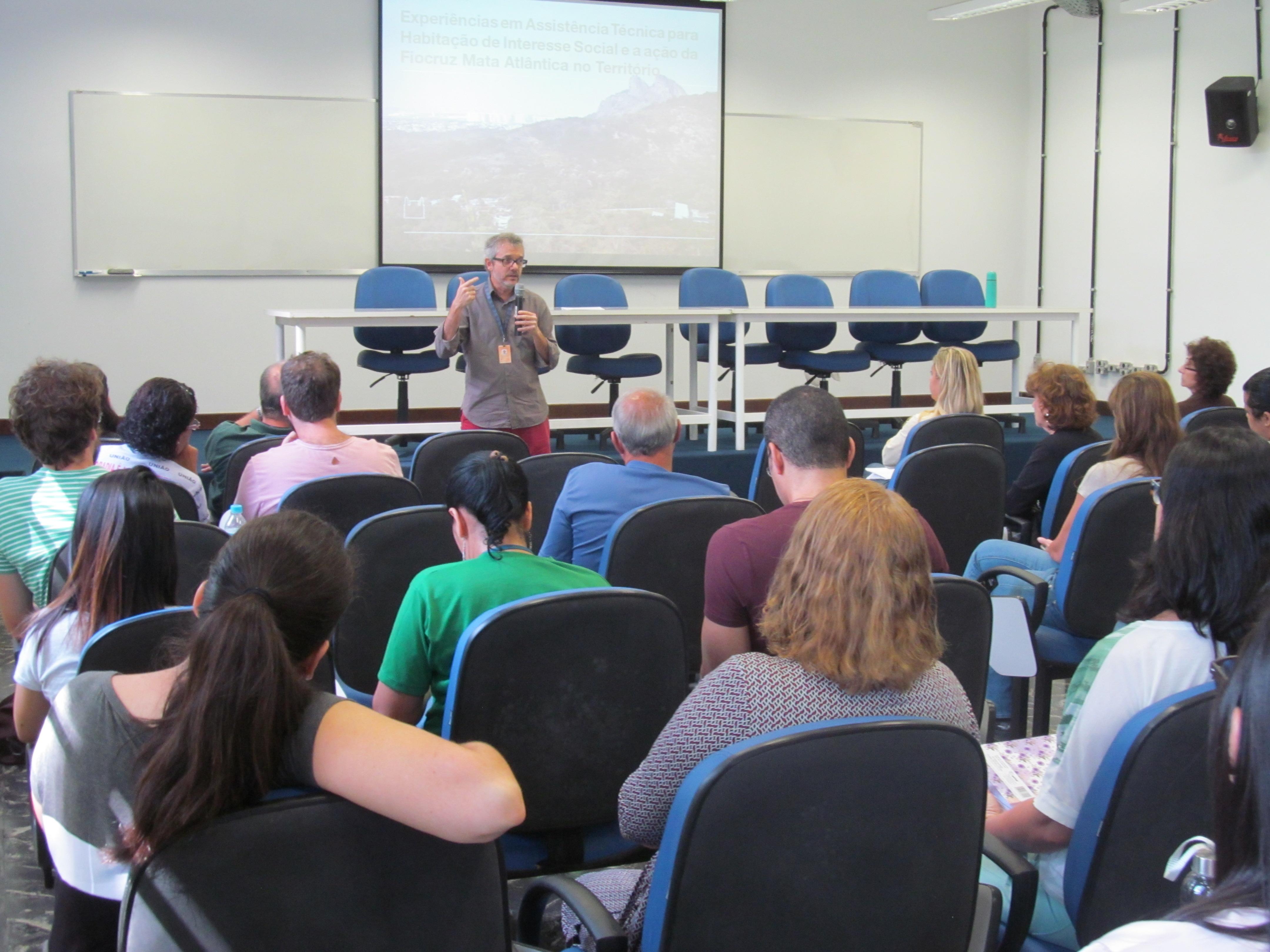 Luís Madeira fez a coordenação dos debates e apresentou os temas
