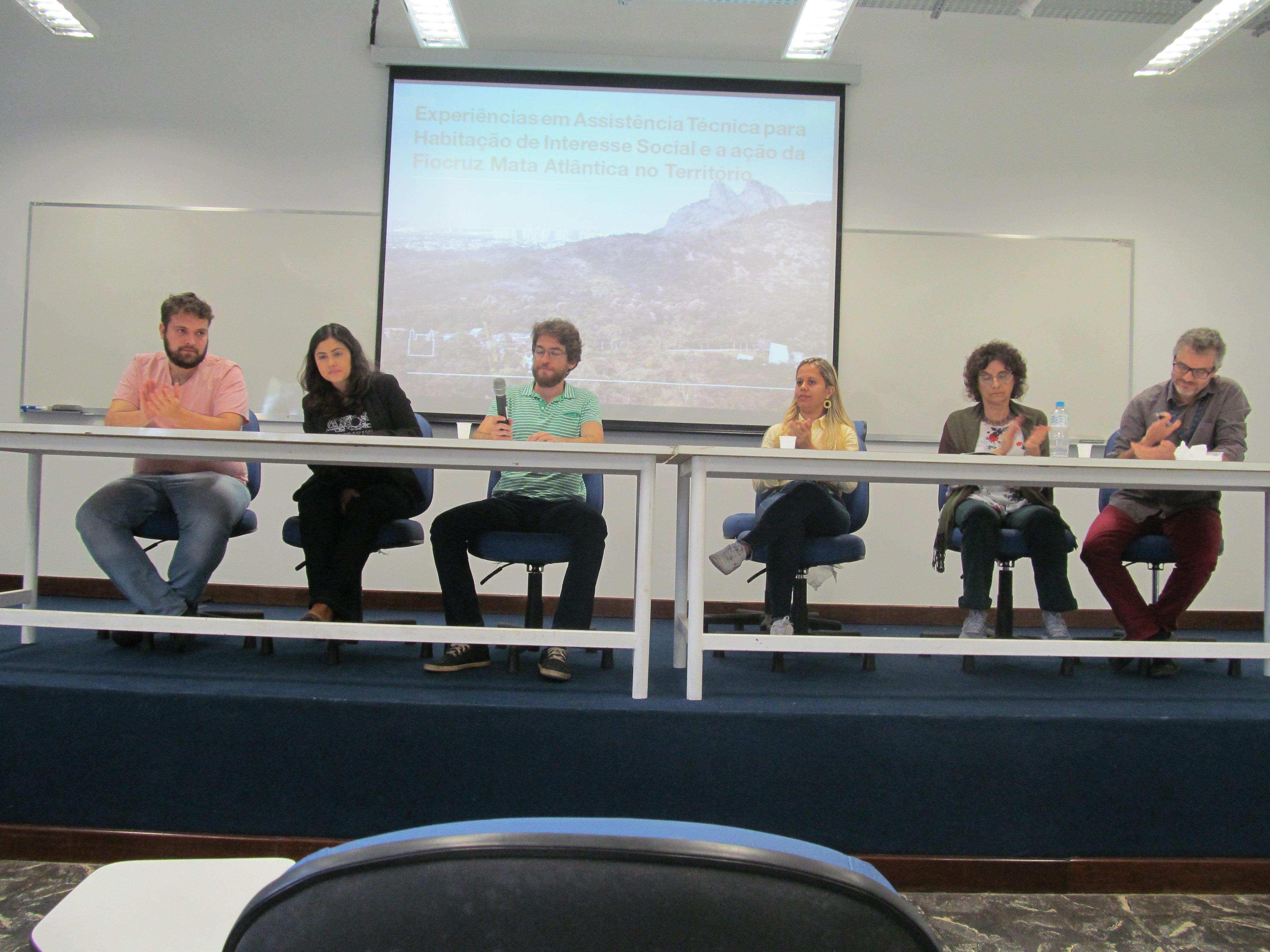 Mesa com os debatedores do seminário